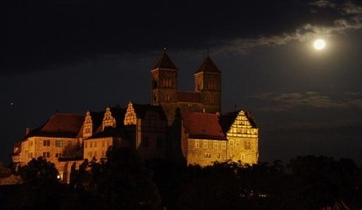 Měsíc nad Hill v Quedlinburgu.
